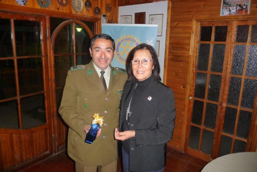 Macero Laura Jara entrega presente Suboficial mayor Carlos Olivares