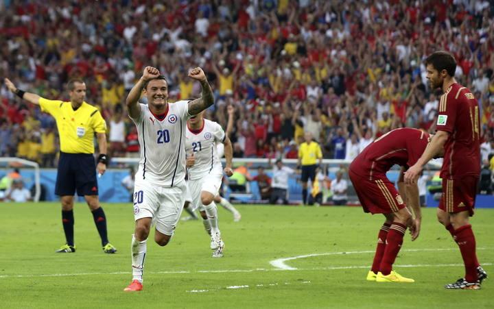 EFE - El centrocampista chileno Charles Aranguiz tras marcar el segundo gol del equipo ante España
