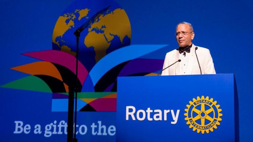 """El presidente electo K.R. """"Ravi"""" Ravindran anuncia el lema para 2015-2016, Enriquece el mundo, en la sesión de apertura de la Asamblea Internacional celebrada en San Diego, California.  Fotografía de: Rotary International/Monika Lozinska"""