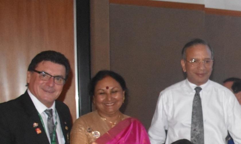 El gobernador Humberto Beckers junto a la señora Vanathy  el PRI Ravi Ravindran.