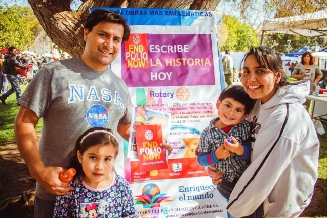 Director del Semanario tiempo Luis Villagrán junto a su familia, aportando a la campaña