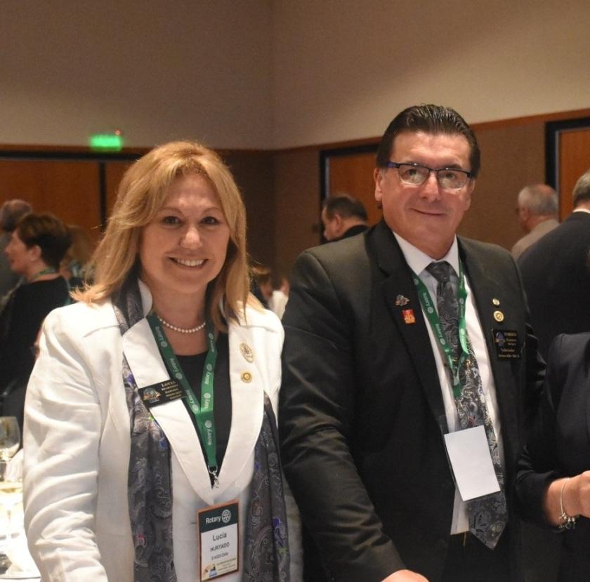 El Gobernador de distrito 4320 Humberto Beckers Argomedo y su esposa Lucia Hurtado Carvajal