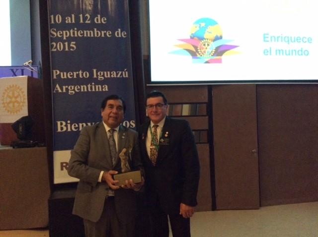 En el Instituto de Iguazu se entregó el premio al aumento de Membresia al Distrito 4320 periodo 2014-2015 recibe muy orgulloso nuestro Past Gobernador Felipe Platero  merecido reconocimiento a su labor .