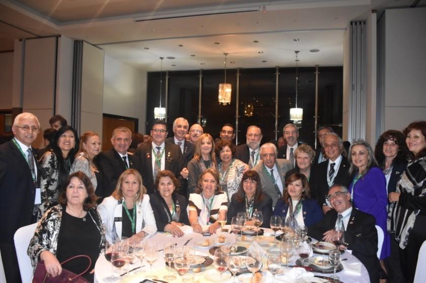 Gobernadores en ejercicio de la zona 23 B y C  junto a sus esposas la noche de inauguración del Instituto en Iguazu.