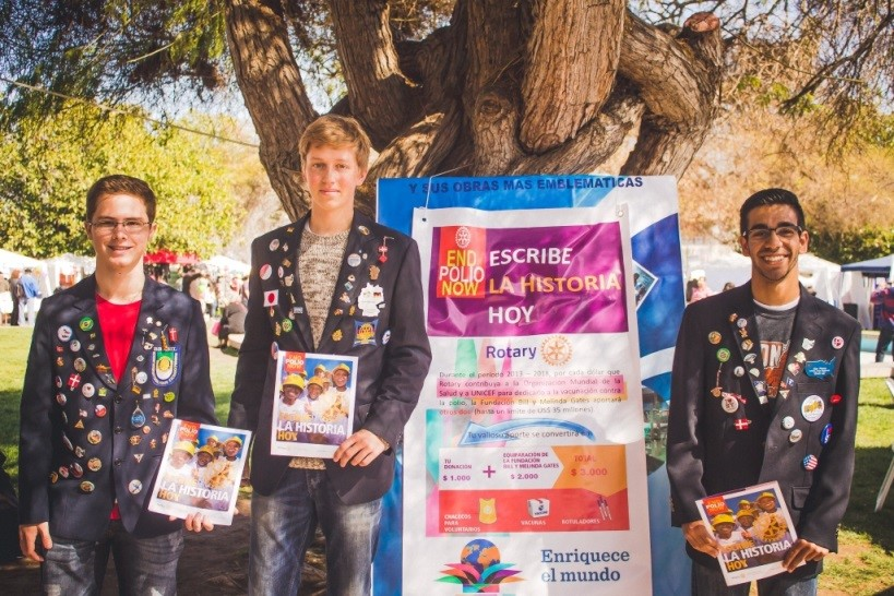 Vitor, Alex y Henryk alumnos del Intercambio YEP participando en la actividad del Club