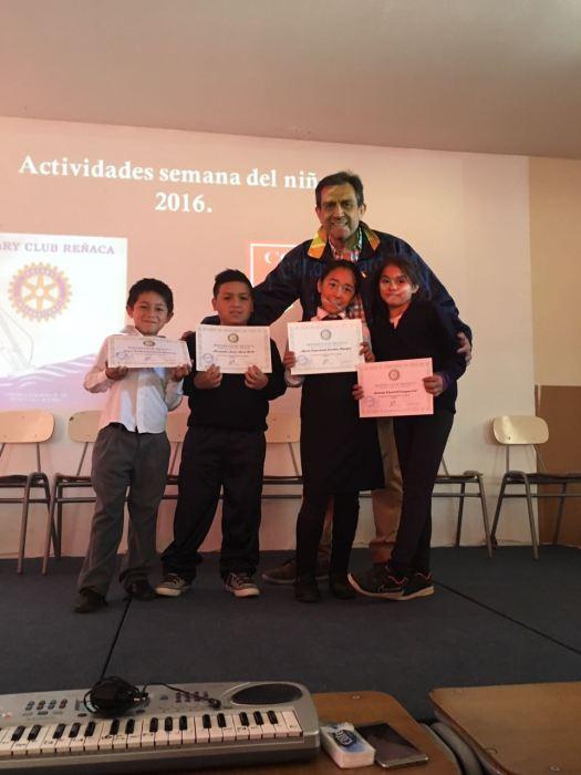 Pte. Cesar Garrido haciendo entrega de premios