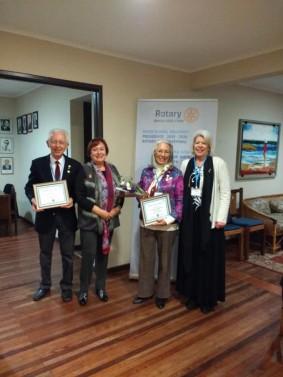Malcolm Smith y Anamaría Marabolí, Socios Honorarios Permanentes, acompañados de Aurea Rojas Lobos, Presidenta; y Maureen Coxhead, Tesorera de RCLS.